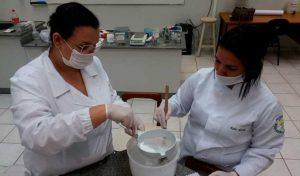 Alunos de Farmácia produzem álcool em gel - UNILINS