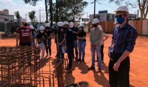 Alunos de engenharia civil fazem visita técnica a obra de supermercado - UNILINS